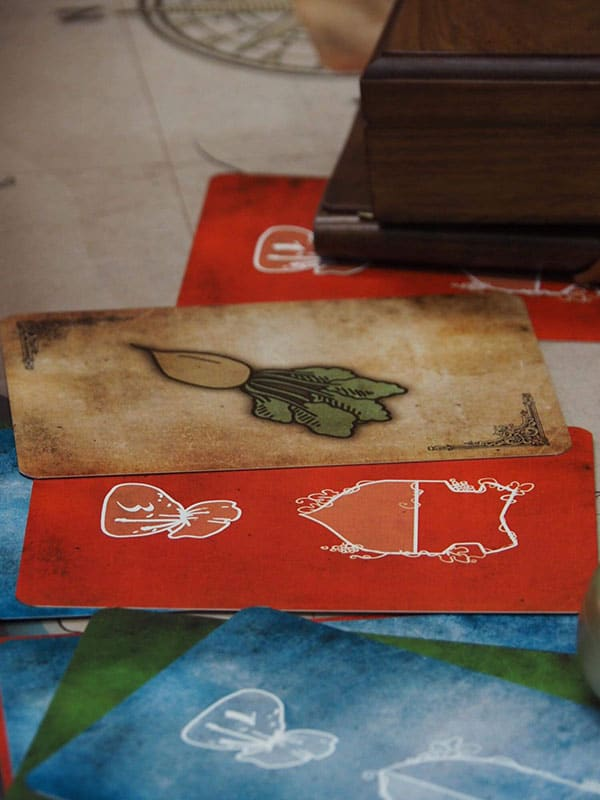 sur le plateau d'escape game escap'oenologik sont déposées des cartes très colorées