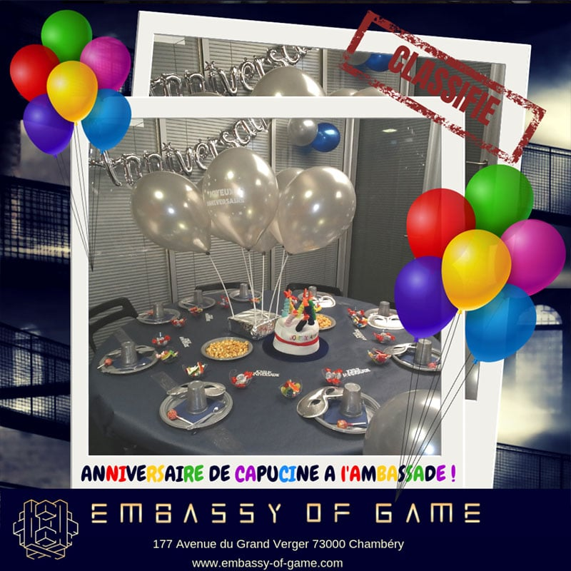 une jolie table d'anniversaire pour enfants décorée avec des ballons, des friandises et un chapeau géant avec des bougies dessus
