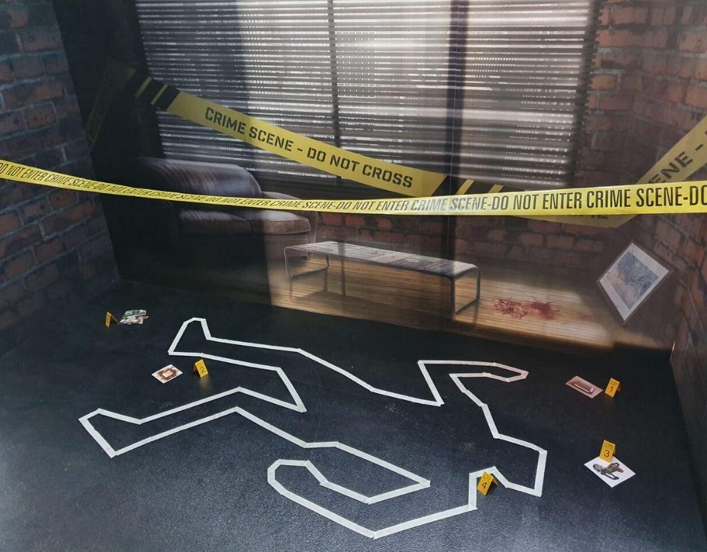 scène de crime tracé du orps au sol bande do not enter canapé et tâche de sang