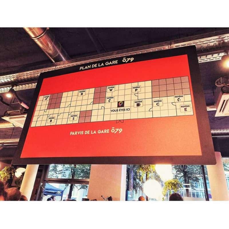 un panneau du jeu rouge et noir inside game du O79 dans l'accueil du tiers-lieu