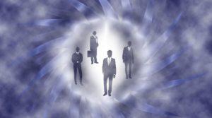 des silhouettes d'hommes en costumes dans un vortex temporel