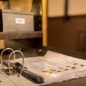 un classeur avec des fichiers d'empreintes posé sur un bureau en fer