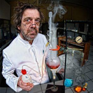 un scientifique avec des lunettes rondes sur le nez fait des expériences chimiques, un tube fume, autour de lui des flacons remplis de produits colorés